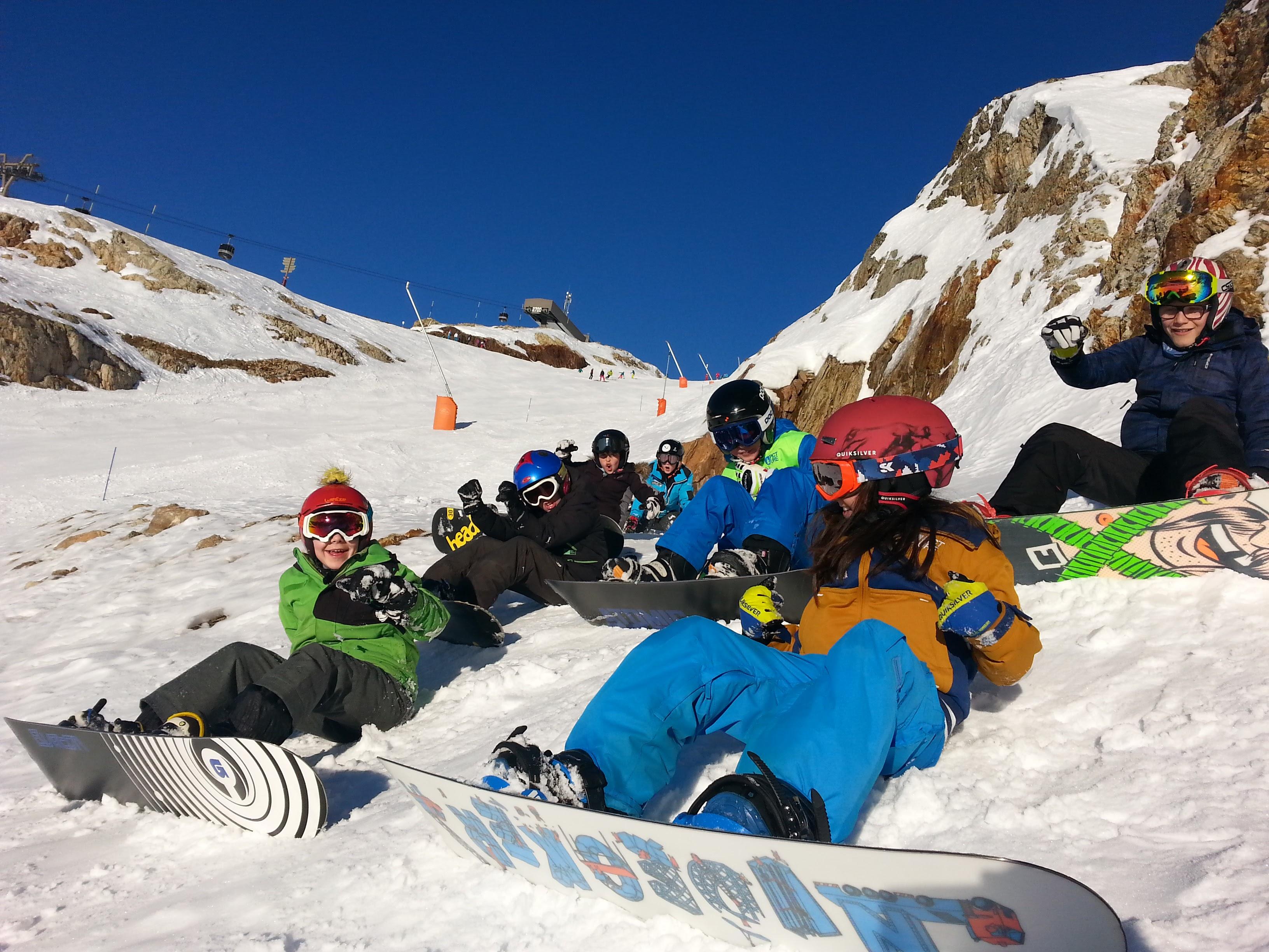 Enfants Snowboarders assis dans la neige